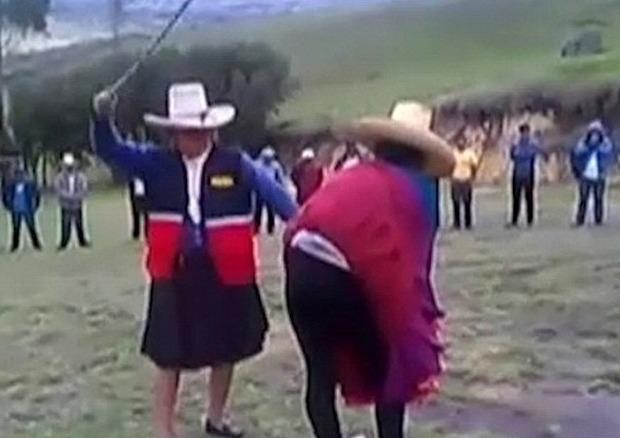 Perù, tradisce il marito con il nipote 20enne: portata in piazza e bastonata