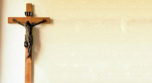 Crocifisso fuori dalle aule scolastiche? La tiepida risposta del cardinale Filoni