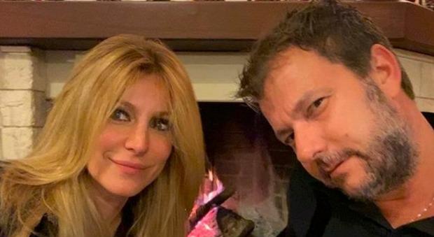 Adriana Volpe e la prova della crisi con il marito, la risposta di Roberto Parli gela tutti: «Gira la domanda a lei»
