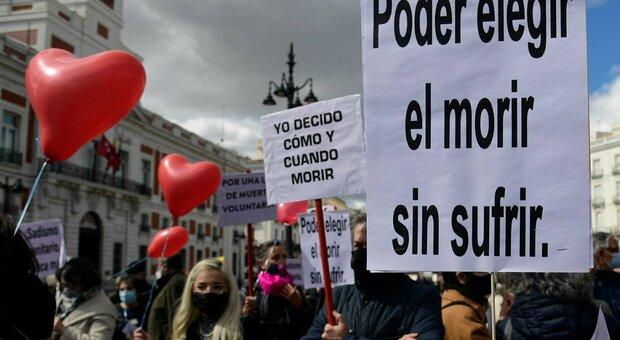 Eutanasia, sì della Spagna alla legge: è il settimo Paese al mondo a legalizzarla