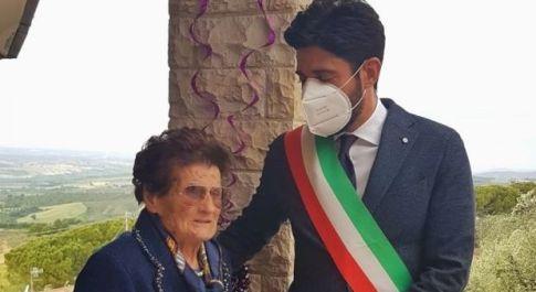 Tutta Montecchio festeggia i cento anni della cuoca Velina Vive ancora sopra la sua trattoria