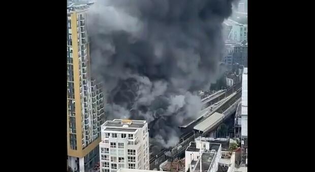 Incendio a Londra, fuoco a Elephant and Castle: 100 vigili del fuoco in azione. «Esplosa una bombola di gas»
