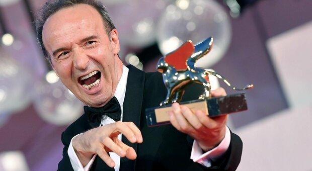 Benigni alla Mostra del Cinema esulta con il Leone d'Oro e si appella a Mattarella: «Presidente, resti ancora qualche anno»