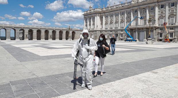 Covid, a Madrid scatta lockdown parziale: ci si può allontanare solo per motivi di lavoro o di salute