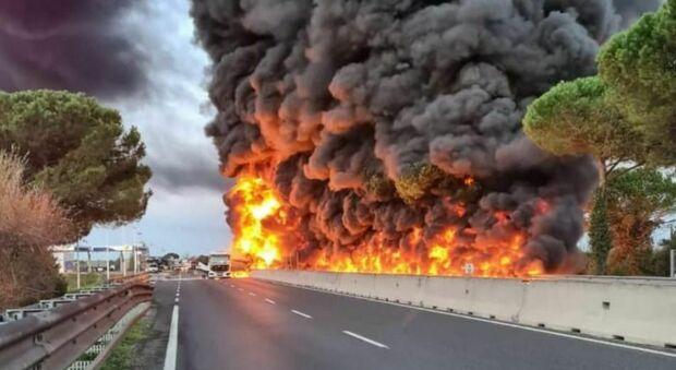 Firenze, cisterna in fiamme in Fi - Pi - Li