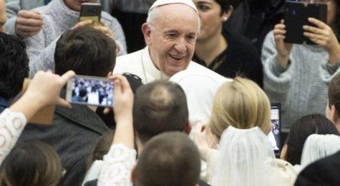 Gaffe del Papa che paragona femminismo e machismo, insorge il web