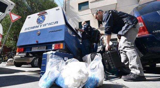Genova, trova la mamma morta in casa: «L'ho fatta a pezzi e messa nei sacchi dell'immondizia»