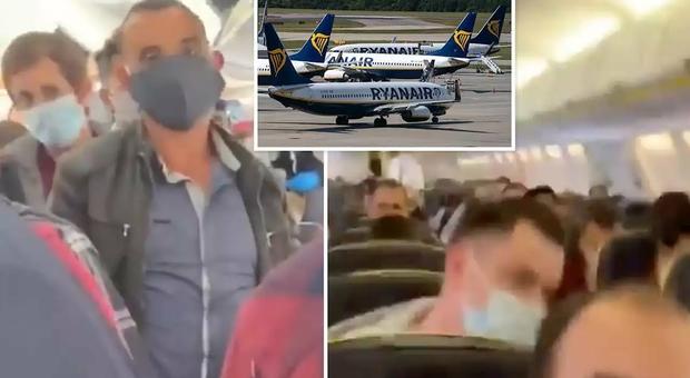 Ryanair, la denuncia dei passeggeri: «Aereo pieno, nessuna distanza sociale»