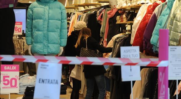 Consumi, in Italia nel 2020 crollati sotto la media europea: persi oltre 1.700 euro a testa rispetto al 2019