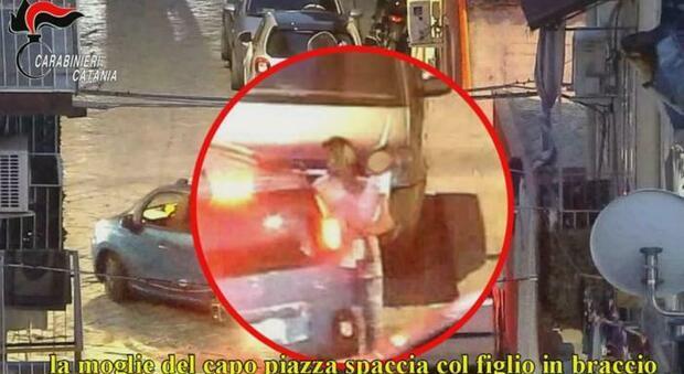 Catania, donna spacciava con il figlio in braccio: sgominata banda di pusher