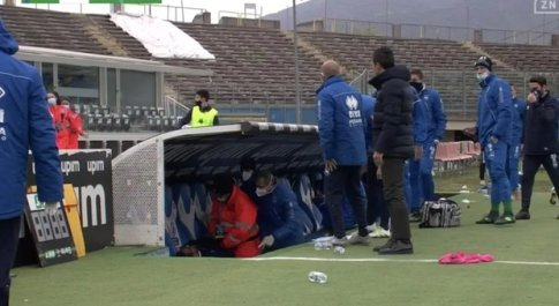 Paura a Brescia, l'allenatore del Pescara Grassadonia sviene in panchina. Partita sospesa