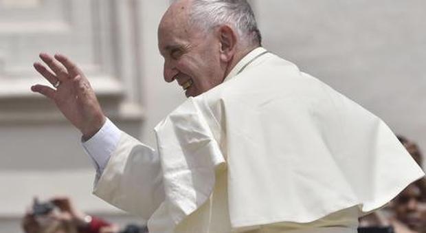 Papa Francesco invita al sorriso: «Che tristezza quei cristiani con la faccia storta»