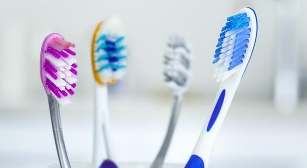 Giovani bocciati in igiene orale: spazzolano i denti orizzontalmente