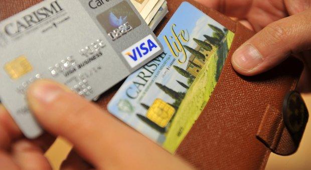Da oggi stop ai costi extra sui pagamenti con carte di credito o di debito