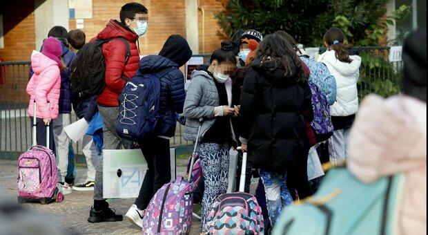 Covid, l'ipotesi scuole aperte 10 giorni prima di Natale