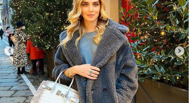 Chiara Ferragni, shopping a Milano con borsa da 100mila euro e niente mascherina