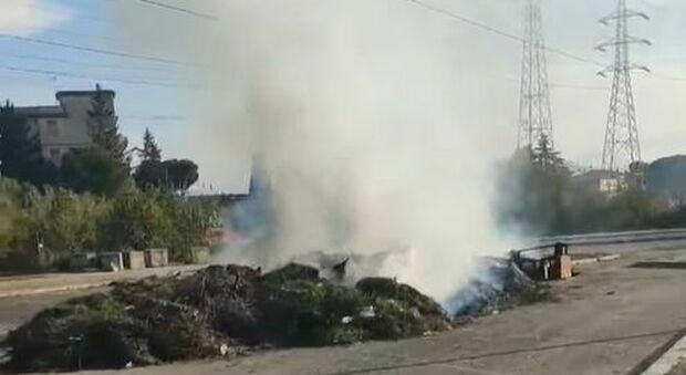 Settecamini, l'ennesima discarica prende fuoco «Siamo sommersi dai rifiuti» Video