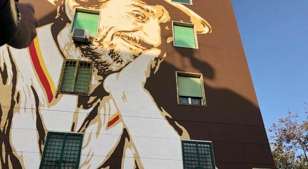 Roma, inaugurato al Tufello il murale dedicato a Gigi Proietti. Fienga: «Era un nostro illustre tifoso»