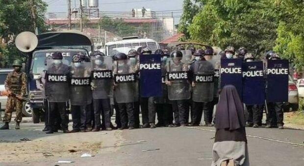 Myanmar, suora prega in ginocchio davanti alla polizia perché non spari. La foto è virale