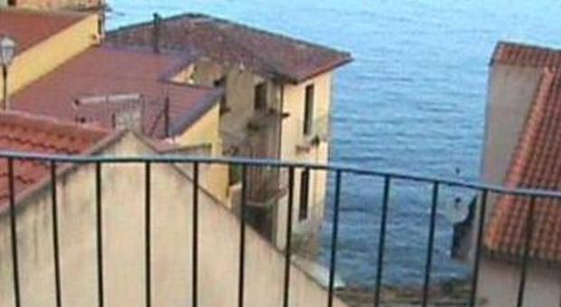 Turista litiga con la moglie e la lancia dal balcone: «Ero stressato dal lockdown»
