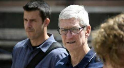 Apple, Tim Cook: «Stop allo smart working», i dipendenti gli scrivono una lettera per dirgli di no
