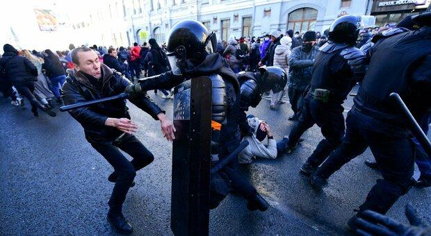 Navalny, migliaia di persone in piazza a Mosca: proteste e scontri, almeno 369 fermati