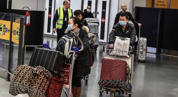 Coronavirus, l'Italia chiude il traffico aereo: ma a Roma e Milano atterrati passeggeri dalla Cina