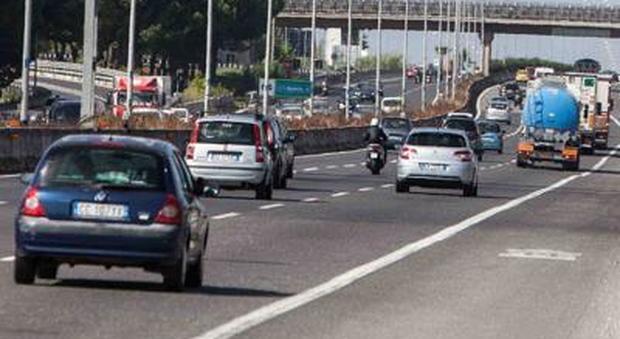 Roma, incidente sul Gra, pulman contro tre auto: un ferito