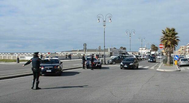 Posti di blocco dei carabinieri sul lungomare di Ostia