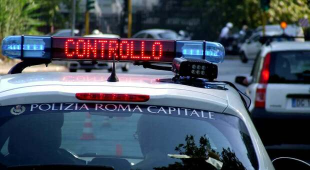 Roma, tenta di strangolare vigile durante lo sgombero dell'area verde: 23enne arrestato