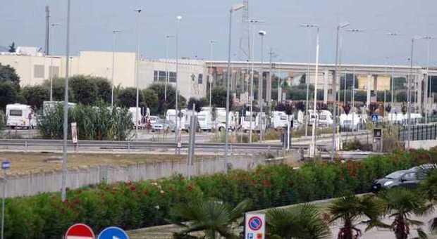 I camper rom che stazionano a Civitanova (foto De Marco)