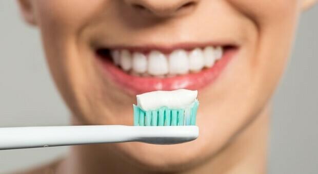 Tumori, chi non si lava i denti ha maggiori probabilità di prendere il cancro alla bocca o allo stomaco