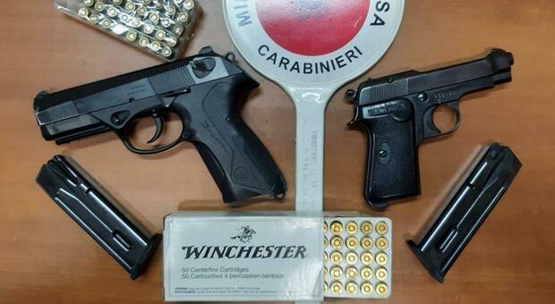 Cambia luogo di custodia delle armi, scoperto e denunciato. Pistole sequestrate