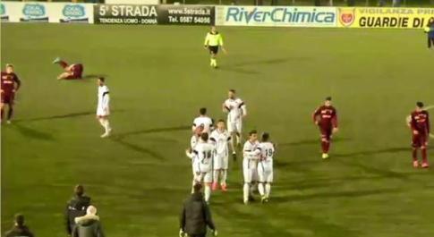 Calcio Lega Pro, L'Aquila soffre ma passa a Pontedera: 2-1, Sandomenico show, Pesoli ok Dalla tribuna insulti su Dirty Soccer