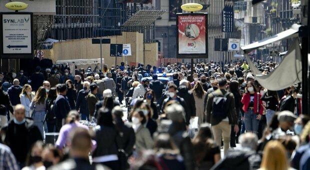 Covid, l'Italia riapre lunedì, ma a Roma, Napoli e Milano la folla già invade i centri storici. Chiusa via del Corso