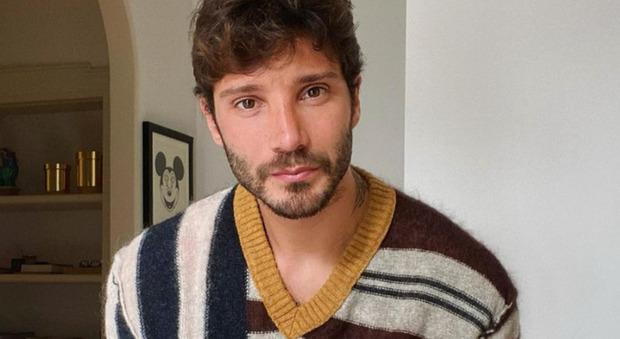 Belen incinta, Stefano De Martino posta una foto in casa. I fan notano il dettaglio: «È molto triste per lei...»