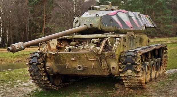 Pordenone, carro armato dell'Esercito sbaglia mira e fa esplodere un allevamento di galline