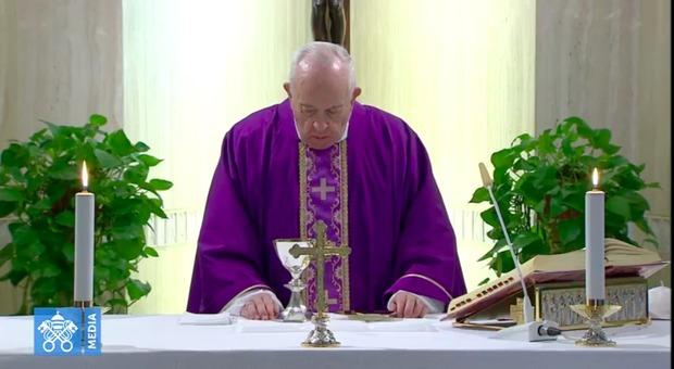 Coronavirus, la spoon river di medici, infermieri e preti, Papa Francesco si inginocchia: «Il loro un esempio eroico»