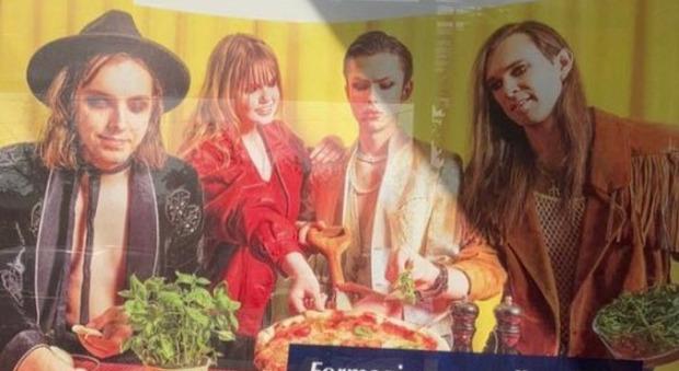 Maneskin, in Lettonia ingaggiati dei sosia per la pubblicità della mozzarella: la foto diventa virale sui social