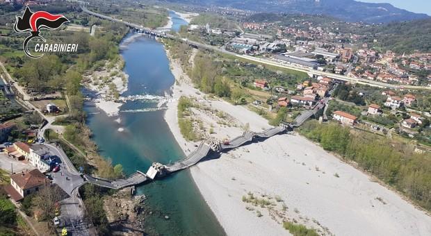 Ponte crolla sul fiume Magra (Massa Carrara), coinvolti 2 furgoni: un autista ferito. Il sindaco: «Collassato su se stesso»