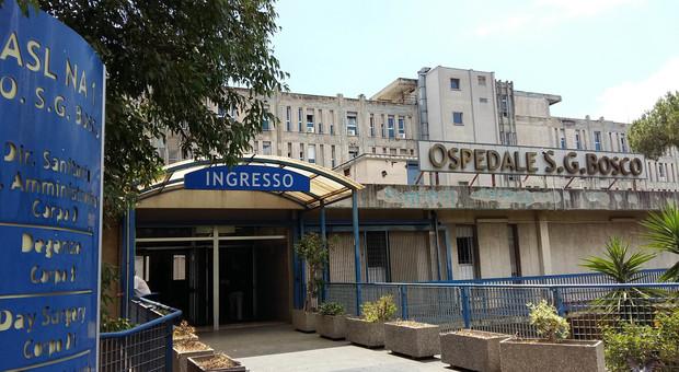 Napoli, il paziente muore: i parenti aggrediscono i medici e sfasciano l'ospedale