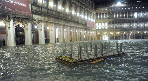 Venezia devastata, Conte: «Domani cdm per stato di emergenza, finire il Mose». Danni a San Marco