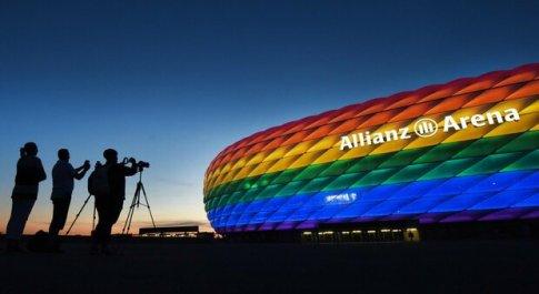 Uefa risponde alle accuse tingendo il logo di arcobaleno: «Simbolo dei nostri valori fondamentali». Orban rinuncia all'incontro