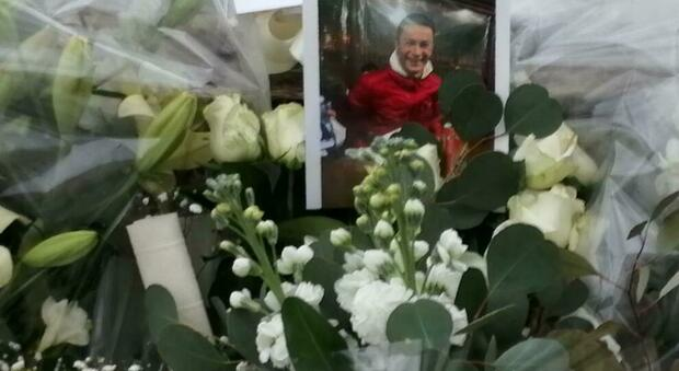 Fiori con la foto di Romeo Bondanese sul luogo del delitto a Formia