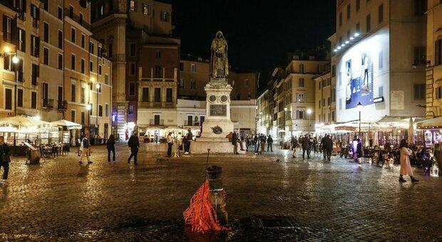 Coprifuoco Roma, ordinanza Raggi: quattro piazze della movida transennate nei weekend. Multe fino a mille euro
