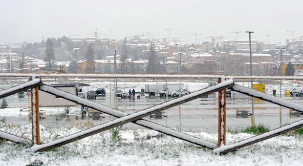 Maltempo, mezza Italia si sveglia con la sorpresa neve: fiocchi di primavera
