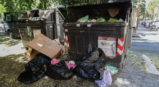 Roma, i medici danno l'allarme: «Con i rifiuti lasciati a terra sarà emergenza igienica»