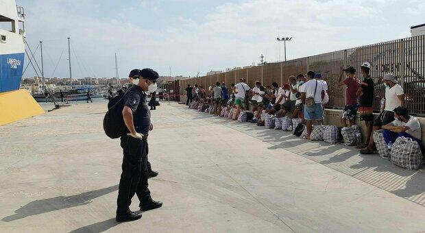 Migranti, Musumeci firma l'ordinanza: «Via i profughi dalla Sicilia entro domani»