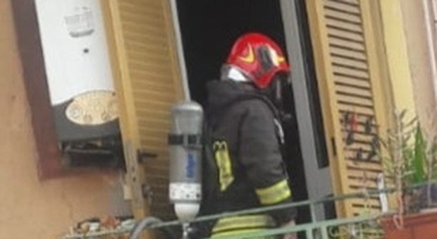 Roma, incendio in un palazzo a Centocelle: anziana si rifugia sul balcone