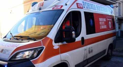 Soccorso ad alta tensione: automobilista inviperito, pugni all'ambulanza e minacce